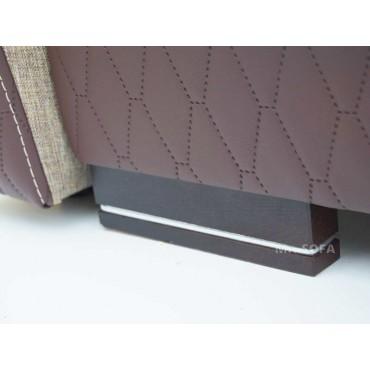 kanapa z drewnianymi nóżkami ze srebrną wstawką